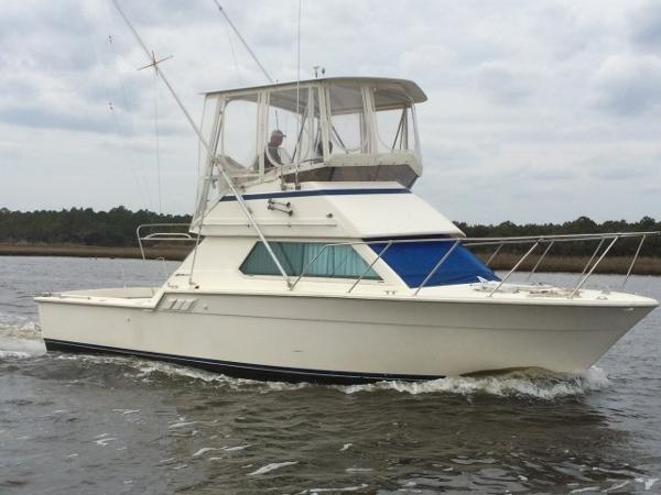 Hatteras 32 FLYBRIDGE Bitter End exterior profile away from the dock