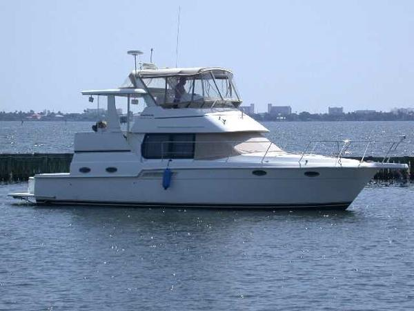 Carver 404 Cockpit Motor Yacht Stbd side