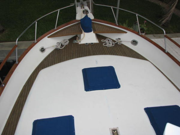 CAPTAINS VIEW OF BOW FROM FLYBRIDGE