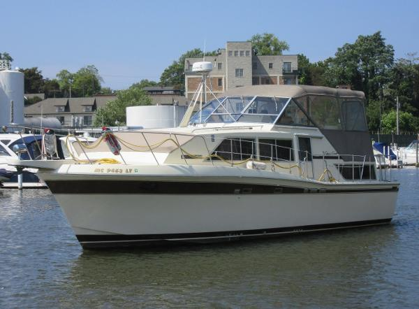 Chris-Craft Catalina 381 ON THE WATER