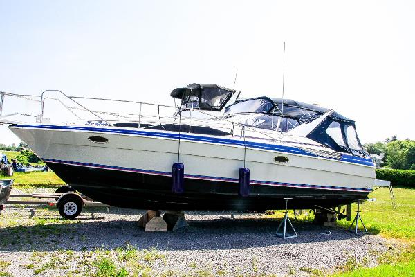 Bayliner 3450 Avanti Sunbridge Port View