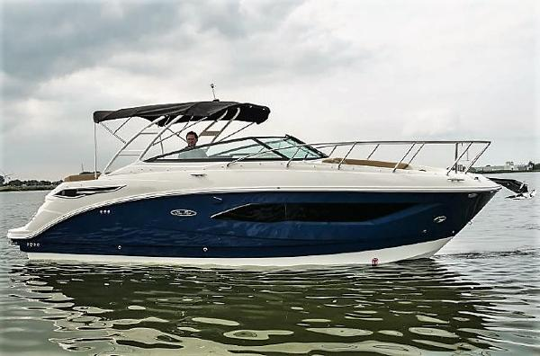 Sea Ray 290 Sundancer Starboard side
