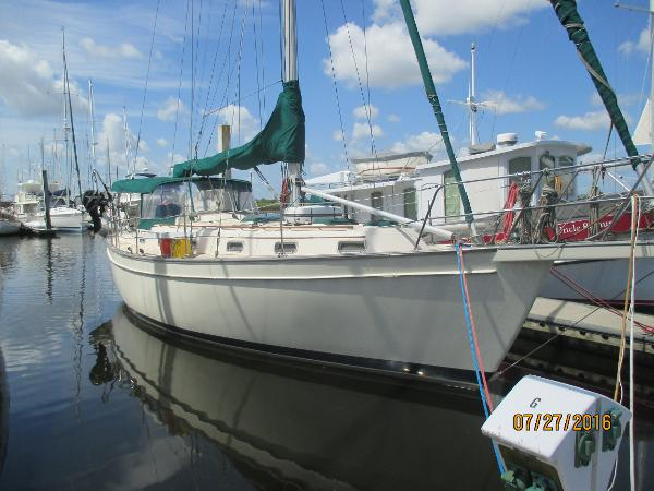 Island Packet 38 Starboard Bow