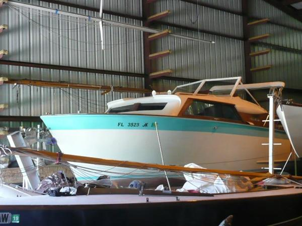 Chris-Craft Roamer Port bow