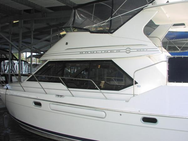 Fully enclosed fly bridge. Hardtop over sundeck