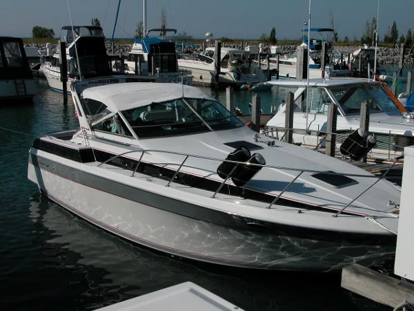 Chris-Craft Amerosport 320 At the dock
