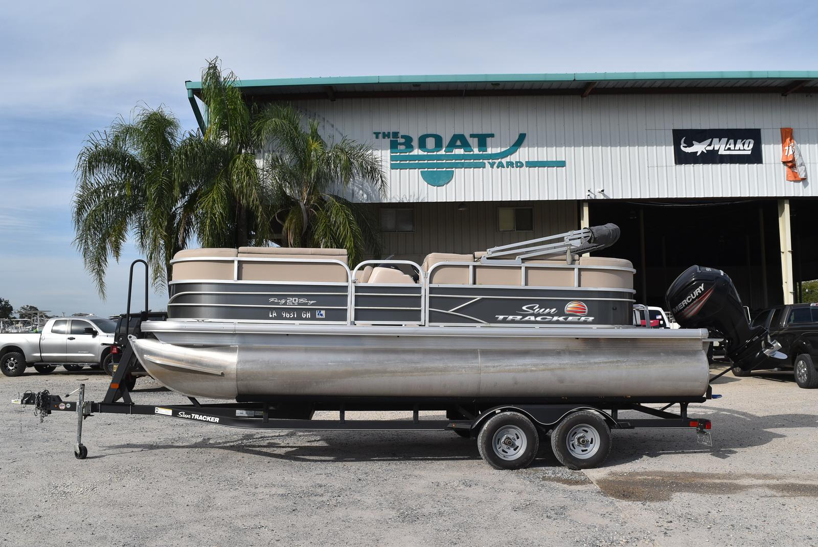 Sun Tracker Party Barge 20 DLX, 90CT