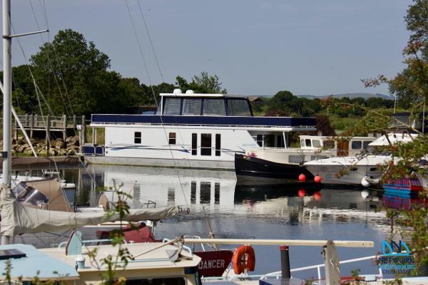 Houseboat HOUSEBOAT