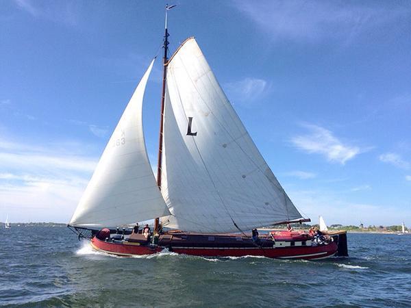 Living recreation barge Sailing barge