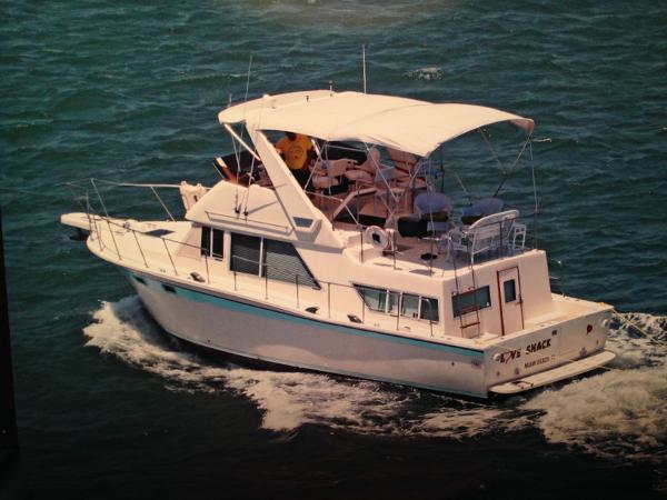 Chris-Craft Corinthian Sun Deck trawler