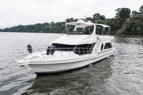 Bluewater Yachts 5200 LE Custom Port bow profile