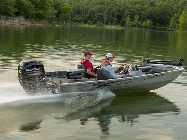 Lowe Boats Stryker 17