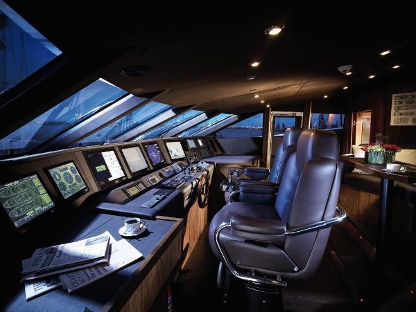 Sunseeker 40M Yacht Helm