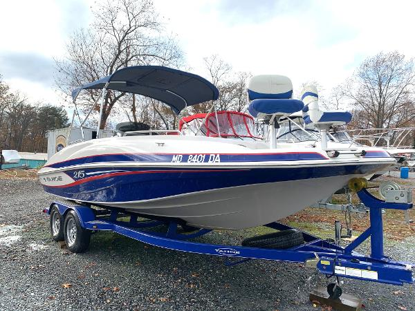 Tahoe 215 Xi Starboard Bow