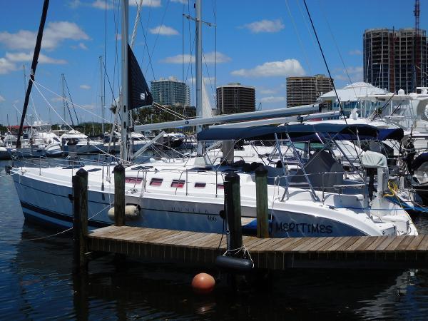 Hunter 466 At the dock