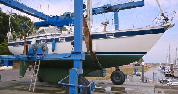 Hallberg-Rassy 38 Hull scrub and haul to hard standing.