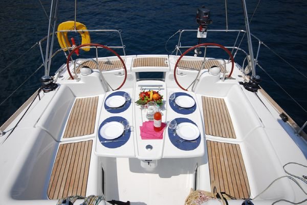 Moorings M43.3 Cockpit Dining