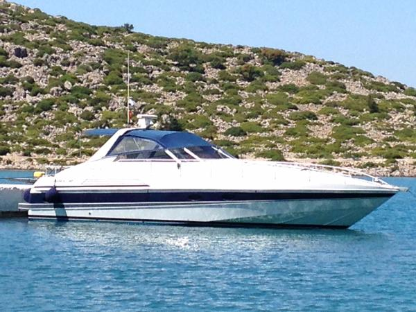 Pershing 40 Pershing 40 - On a berth