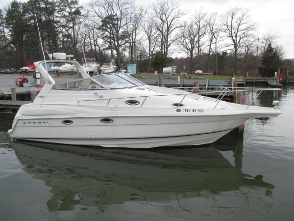 Regal 2760 Commodore Starboard Bow