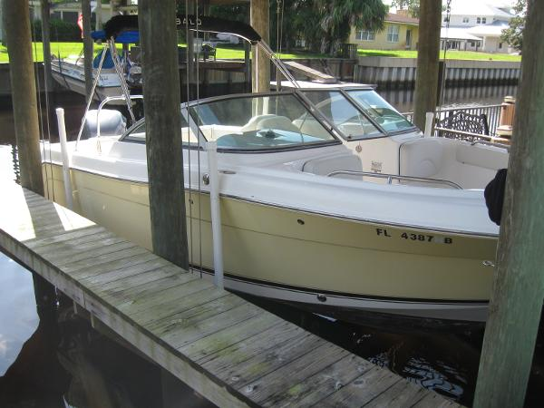 Robalo 227 Dual Console Side view