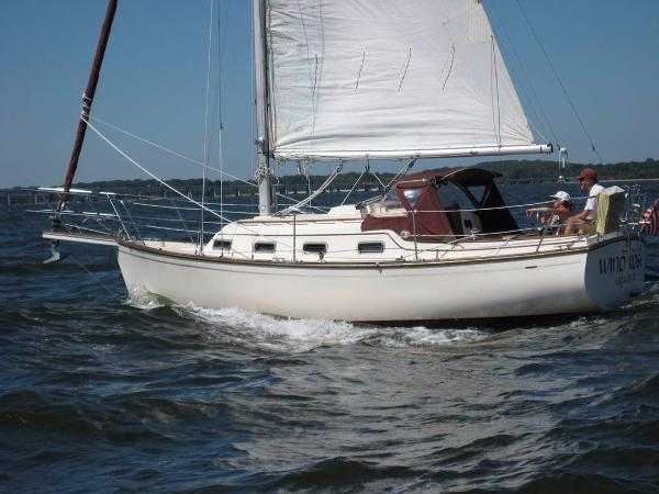 Island Packet 27 Wind Rose under sail with Main