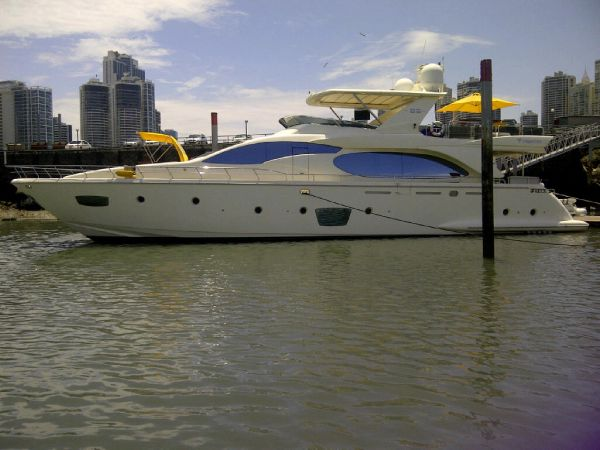 Azimut 85 Flybridge Side view