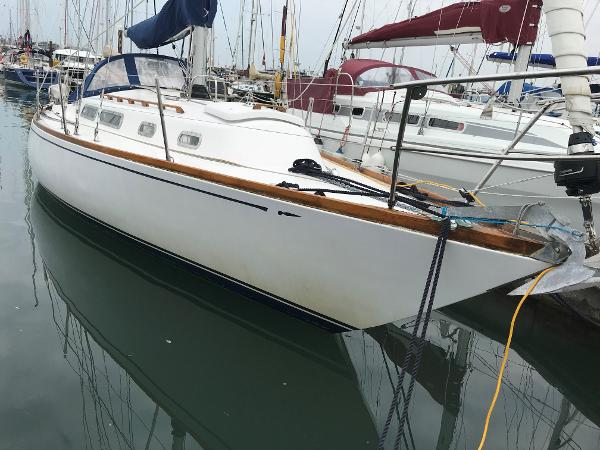 Hustler 35 Bow Starboard