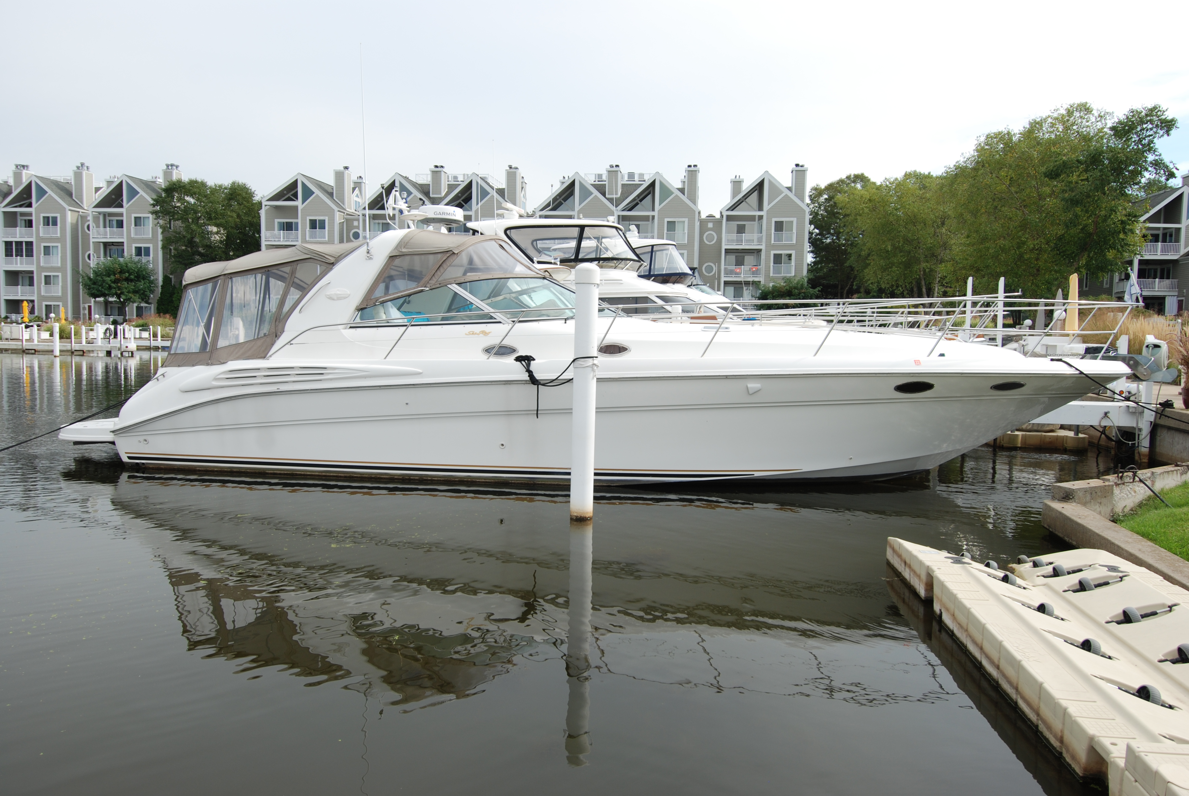 Sea Ray 400 Sundancer Exterior
