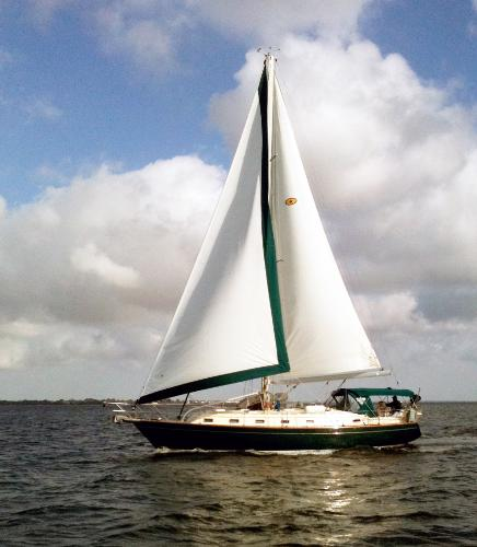 Island Packet 420 DISCOVERY under sail