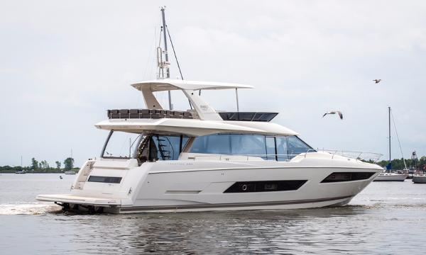 Prestige 680 Fly Starboard Side
