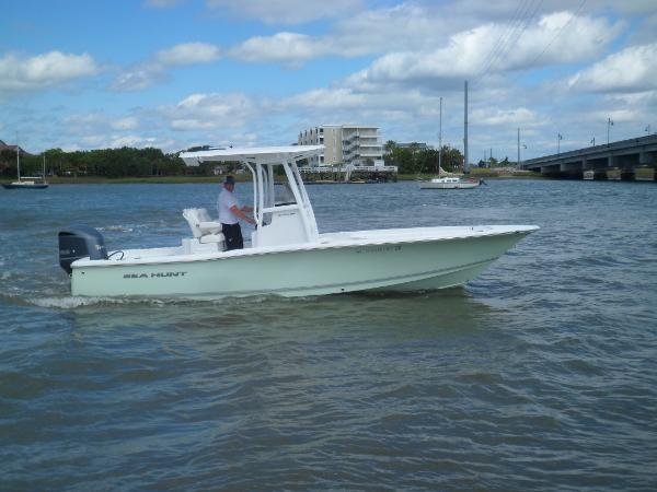 Sea Hunt BX 24 BR STARBOARD UNDERWAY