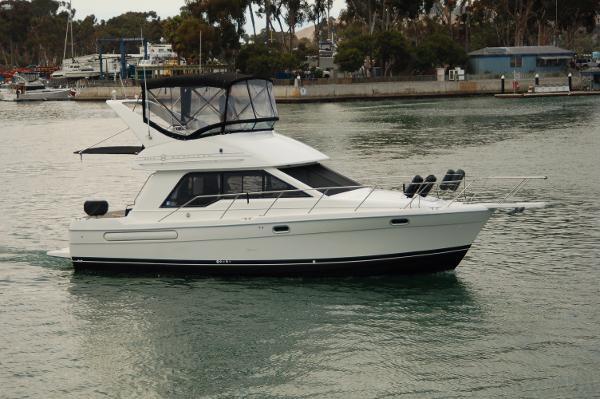 Bayliner 3388 Command Bridge Motoryacht Starboard
