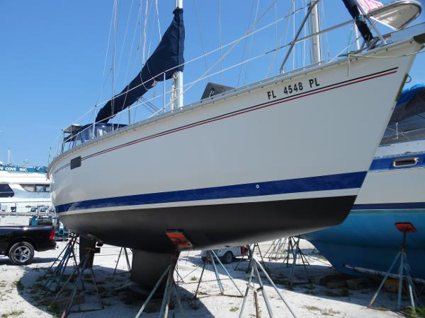 Hunter 35.5 Bow Starboard Side