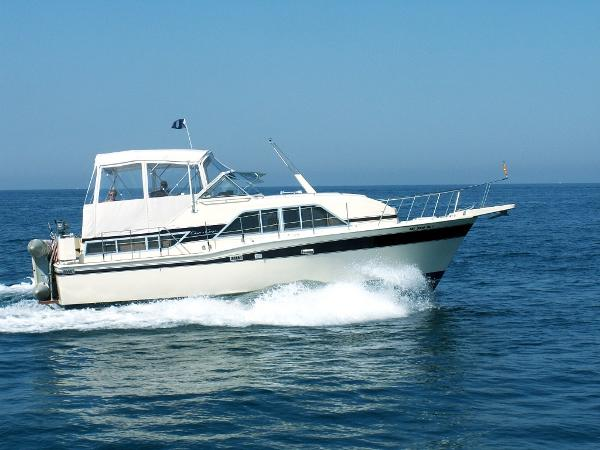 Chris-Craft 350 Catalina Exterior 1