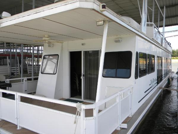 Destination Yachts Houseboat Port Bow