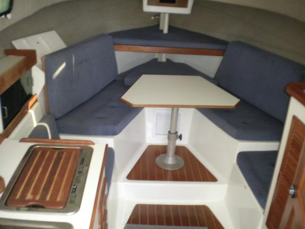 30' Luhrs Alura 1987 Cabin looking forward