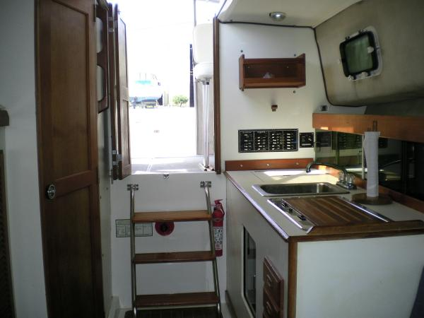 30' Luhrs Alura 1987 Cabin looking aft