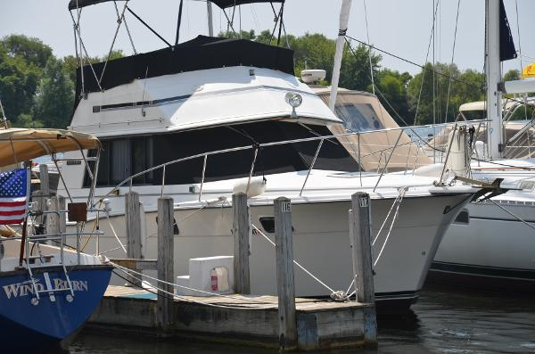 Carver 32 Convertible Starboard view