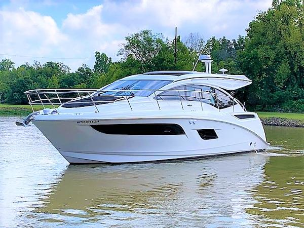 Sea Ray 400 Sundancer Port Bow