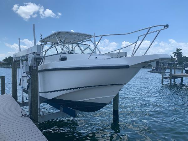 Boston Whaler 255 Conquest Profile