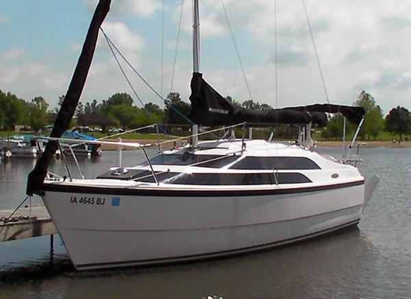 Macgregor 26M Powersailer Portside at the dock
