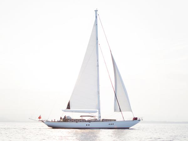 28 m sloop sailing photo