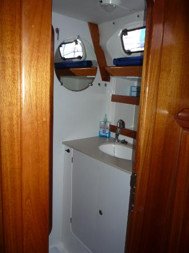 Dufour 39 for sale - Shower room