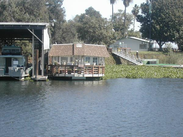 HOUSEBOAT - CUSTOM MADE Single Level Beautiful deck at entry