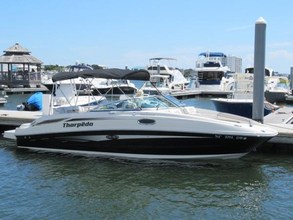 Sea Ray 260 Sundeck Starboard profile in water