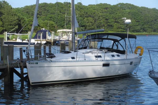 Beneteau Oceanis 352 Beneteau 352 Windsong at pier