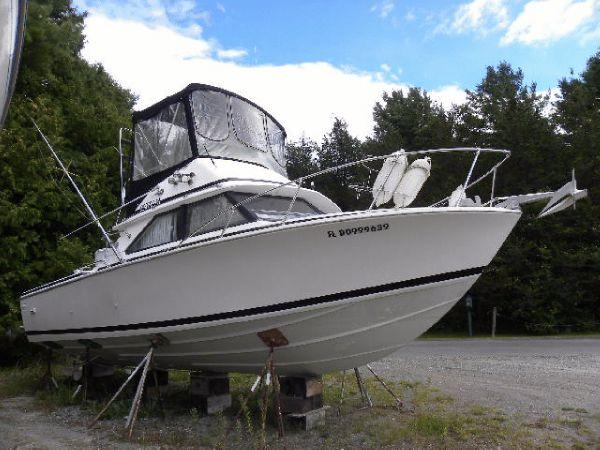 Bertram 28 starboard bow