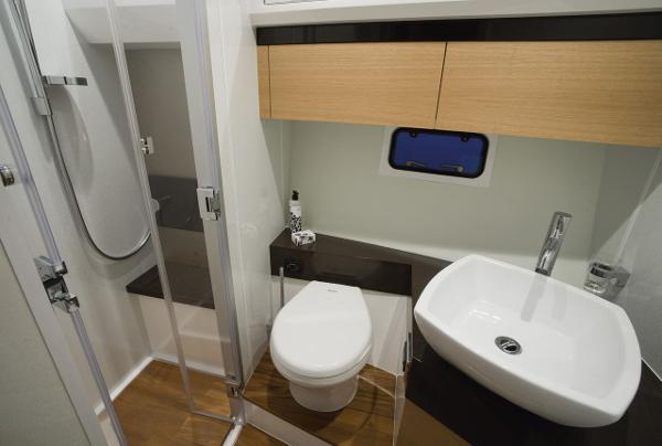 Fairline Squadron 42 Bathroom