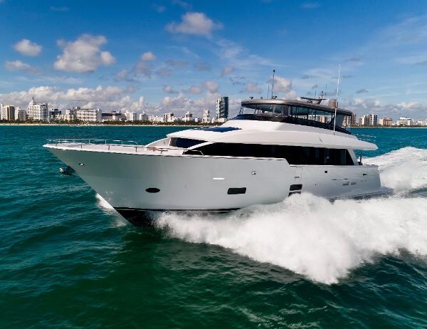 Hatteras M90 Panacera Cruising 20kts