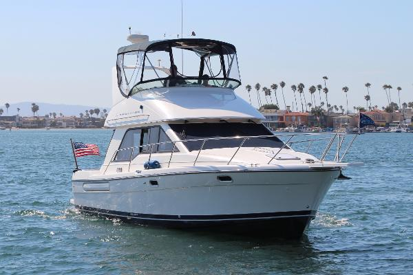 Bayliner 3388 Command Bridge Motoryacht Starboard Bow